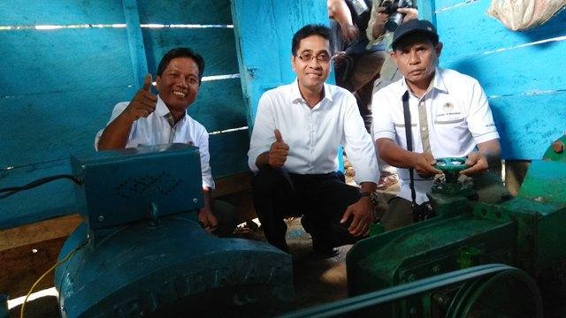 1.Kepala Badan Litbang dan Inovasi KLHK Agus Justianto (tengah) dan Peneliti Balai Litbang LHK Makasar Hunggul Hunggul YSH Nugroho (kiri) di depan pembangkit PLTMH Kayubiranga.