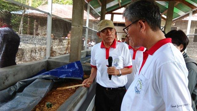 Menteri Kehutanan Republik Korea Kim Jae Hyun (kanan) mendengar penjelasan Advisor Forest for Life Indonesia Profesor Agus Pakpahan proses teknologi biokonversi untuk mengurai sampah dengan memanfaatkan larva serangga black soldier fly.